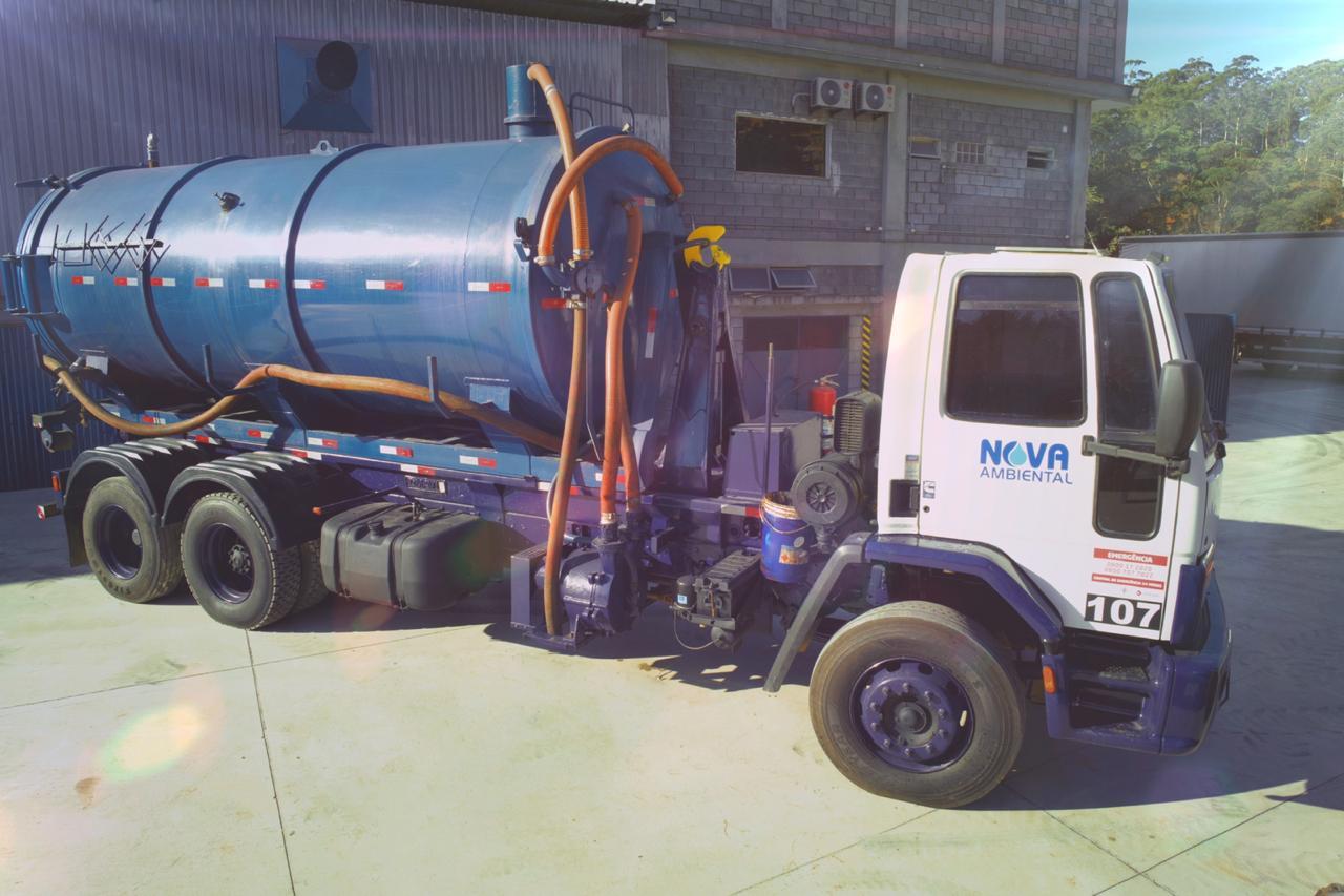 Transporte de Resíduos Perigosos: Contamos com uma frota de veículos próprios assegurados, rastreados e operando dentro das normas legais ambientais e de trânsito.