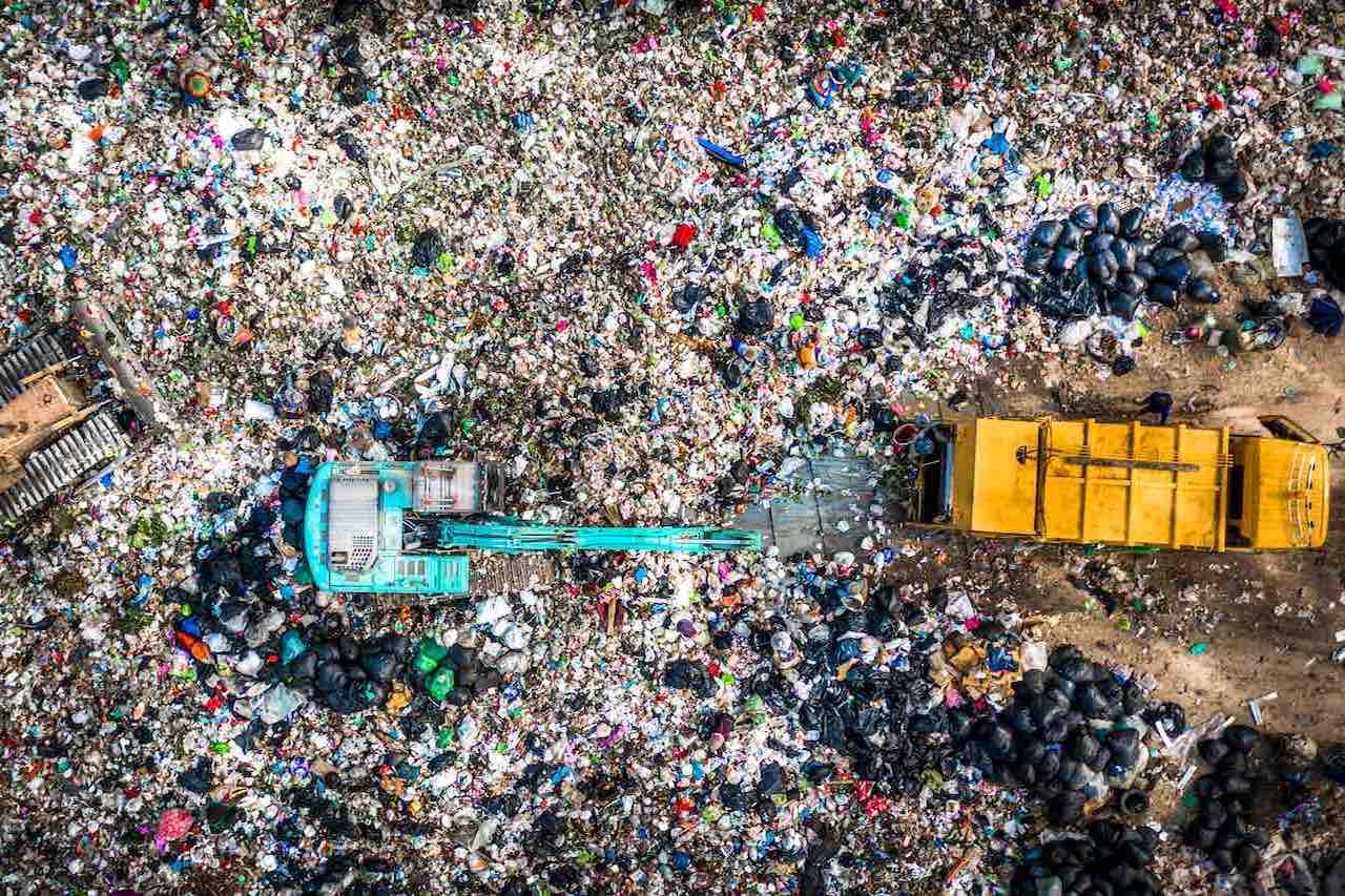 Destinação final dos resíduos aliado ao coprocessamento, incineração, remediação de solos contaminados, gestão de resíduos de serviços de saúde (RSS), manufatura reversa e principalmente o tratamento adequado dos resíduos industriais são fundamentais para um futuro mais sustentável dos Resíduos Sólidos no Brasil.