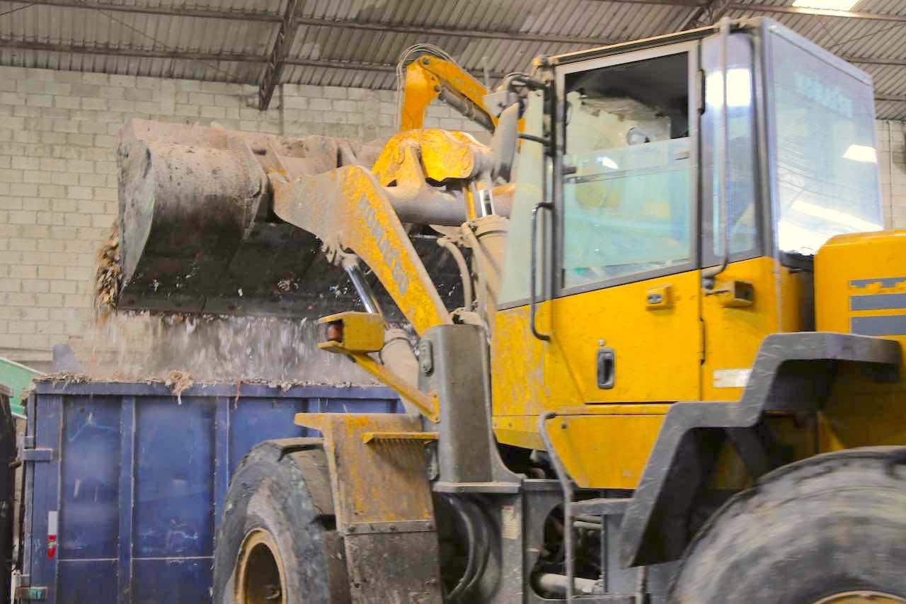 """Coprocessamento é uma das soluções que a Nova Ambiental disponibiliza para companhias que lidam com o lodo proveniente de Estações de Tratamento de é misturado a outros rejeitos industriais e solos contaminados por reagentes químicos, para formar um subproduto conhecido como """"blend' - que, depois, é utilizado como fonte de energia alternativa na indústria de cimento."""