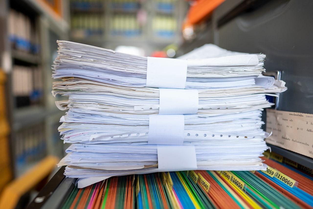 Os serviços profissionais de incineração de documentos são uma das soluções que a Nova Ambiental oferece para a gestão desse enorme volume morto de documentos físicos - como certidões, extratos, fichas cadastrais e cartões de plástico - que ainda oferecem riscos em casos de vazamento, perda ou extravio.